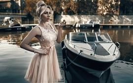 Menina modelo, saia rosa, barco