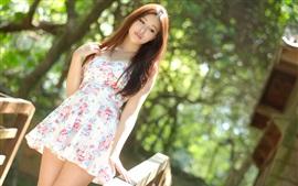Лето азиатская девушка, короткая юбка, солнечный свет, боке