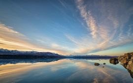 Красивый природный ландшафт, горы, озеро, вода отражение, закат