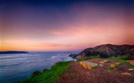 Красивый закат на море, побережье, на вершине холма, красное небо