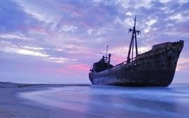 Старый корабль, море, берег, вечер