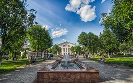 Kaluga, Russie, place du théâtre, les arbres, les gens, les nuages