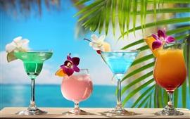 cócteles tropicales, de diferentes colores, vasos de cristal, flores