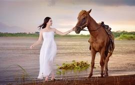 Белое платье Азиатская девушка и лошадь