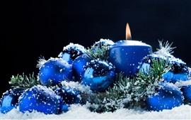 Decoración de Navidad, velas, bolas, nieve, estilo azul