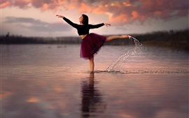 Preview wallpaper Girl dancing in the water