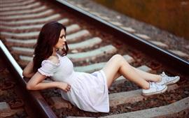 Menina, mentindo, estrada ferro, dormentes, bokeh