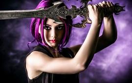 Menina de cabelo roxo, espada, armas, maquiagem