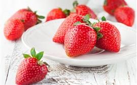Спелая клубника, красные ягоды, сладкие фрукты