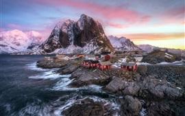 Paisagem bonita de Noruega, montanhas, mar, casas