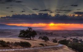 Aperçu fond d'écran Clôture, route, arbres, herbe, vallée, nuages, crépuscule, coucher de soleil
