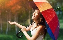 Счастливая девушка в дождь, зонтик