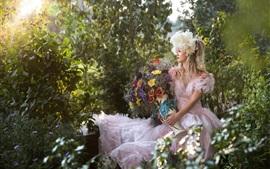 Красивая белое платье блондинка, цветы, букет, природа