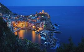 Itália, Vernazza, Cinque Terre, bela vista noturna, casas, mar, luzes