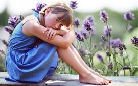 Синяя юбка милая маленькая девочка