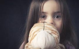 Ребенок и ее игрушка