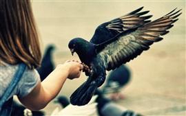 Девочка ладонь и птица, крылья