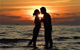 Tiempo romántico, amantes, beso, mar, puesta del sol