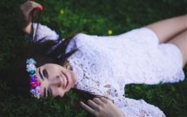 Sonriente niña, guirnalda, vestido blanco, el descanso