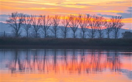 Puesta del sol, los árboles, el lago, la reflexión del agua, el cielo rojo