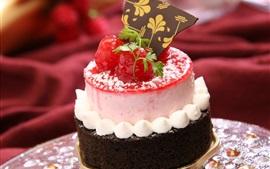 Pastel de chocolate, crema, bayas rojas