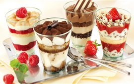 Sobremesa, copos de vidro, camadas, creme, chocolate