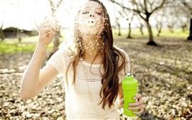 Девушка играет пузыри, настроение