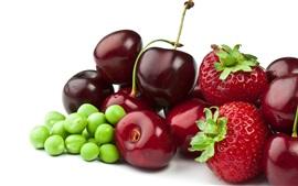 Ervilhas, morangos, cerejas, fundo branco