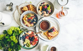 Delicioso café-da-manhã, salada de frutas, café