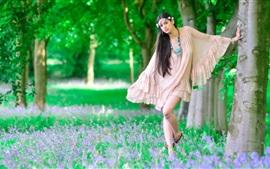 Cabelo longo, menina, grama, árvores, wildflowers