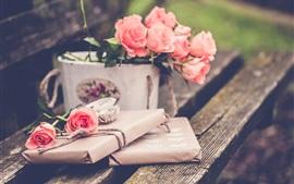 Розовые розы, скамейка