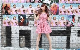 Игривая девушка, стена, плакаты