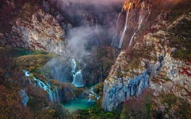 Hermosa naturaleza, cascadas, montañas, puente, árboles, niebla