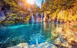 Красивый водопад, озеро, деревья, солнечные лучи