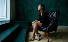 Aperçu fond d'écran Robe noire s'asseoir sur le canapé