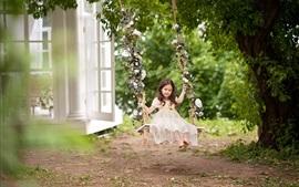 壁紙のプレビュー 子供時代、かわいい子供の女の子遊ぶスイング