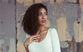 Menina com cabelo encaracolado, roupa branca