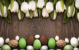 Tema de Pascua, tulipanes blancos, huevos de colores, tabla de madera