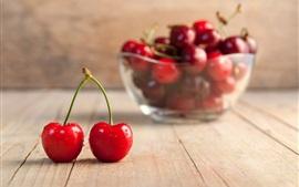 Cerejas vermelhas frescas, placa de madeira, tigela