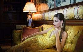 Vorschau des Hintergrundbilder Goldfarbenart, Art und Weisemädchen, Sofa