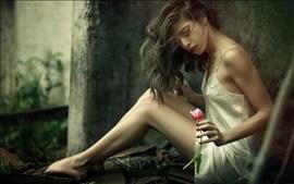 Menina de saia branca, sentar, tulipa