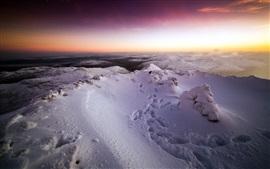 Invierno, montañas de nieve, puesta de sol