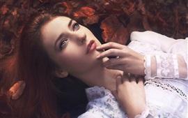 Chica de descanso, vestido de encaje blanco, otoño
