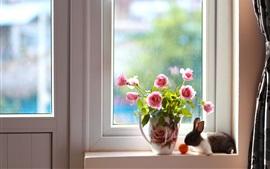 Розовая роза, кролик, окно