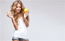 Sourire fille blonde, oranges