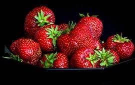 Клубника, вкусные фрукты, черный фон