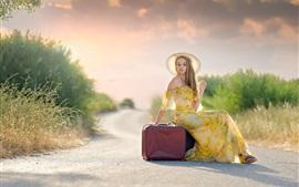 Vestido de verão, garota loira, chapéu, malas, estrada, sol