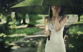 Chica asiática en la lluvia, paraguas