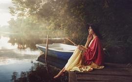女の子、見て、桟橋、湖、ボート、朝、霧