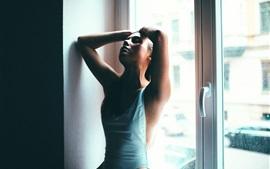 女の子は窓の上に座る